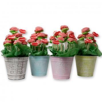 Maceta de metal con rosas y besos de chuches